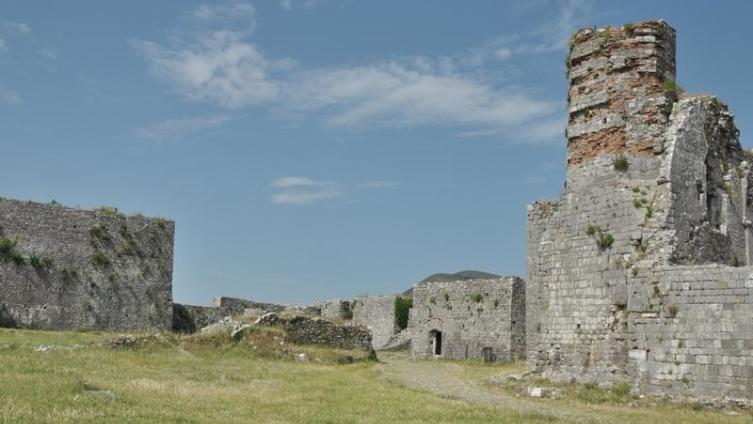 Прав был старик, стоят стены крепости