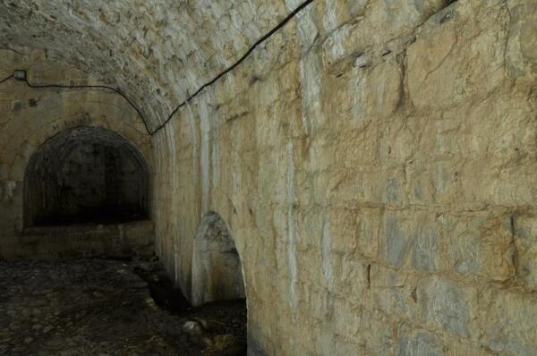 Считается, что белесые потеки на внутренних стенах крепости - это следы молока, что текло из не замурованной, правой груди Розафы