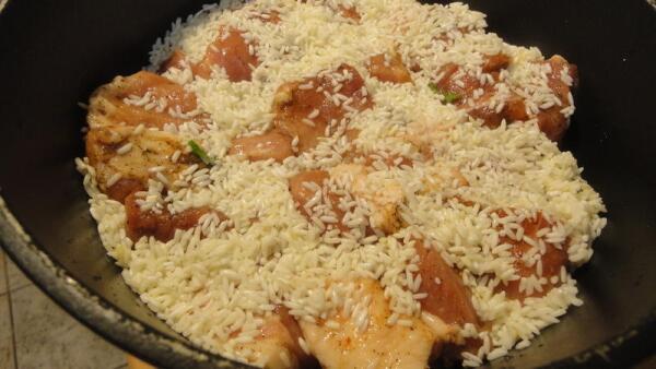 Припорашиваем мясо тонким слоем риса