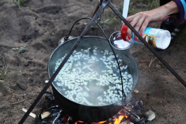 Затем в кипящую воду всыпали соль