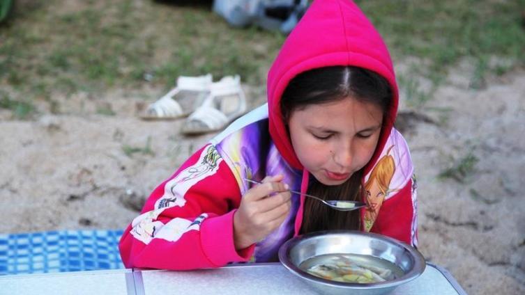 Ребенок ест с удовольствием