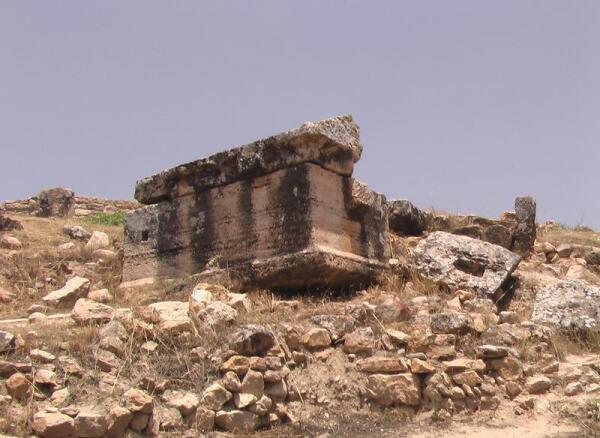 Саркофаг около Мртирия
