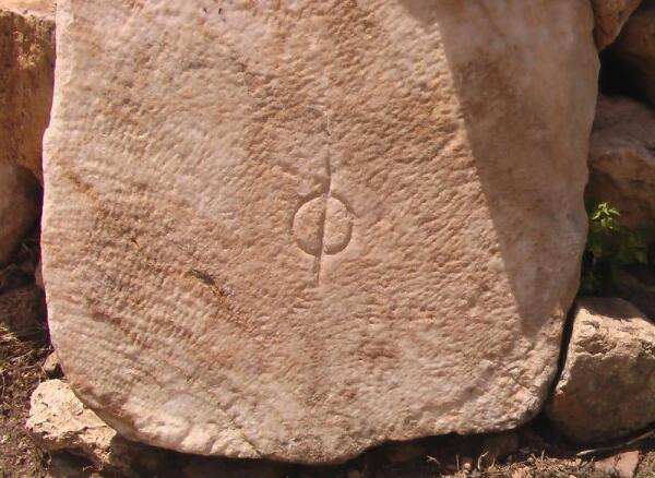 Знак на мраморе