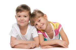 В возрасте от 2 до 3 лет дети сознательно начинают ощущать свою принадлежность к тому или иному полу. Они усваивают ролевое поведение, беря пример с родителей.