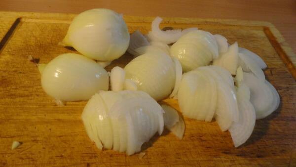 Чистим 3-4 средних луковицы, шинкуем их полукольцами