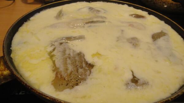 Выкладываем в наш будущий соус рыбное филе...