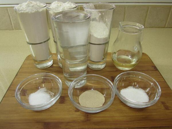 Два  и три четверти стакана белой пшеничной муки, 50 мл. оливкового или любого растительного масла, 1 стакан теплой воды (37-40 градусов), 1 столовая ложка сахара, 1 чайная ложка сухих дрожжей, половина чайной ложки соли.