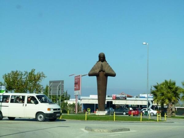 Вот такой мы увидели Мать Терезу в Тиранском аэропорту