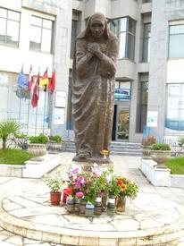 Памятник матери Терезе в Шкодере