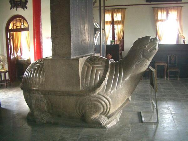 Черепаха-биси со стелой в честь императорского визита в Нанкин.