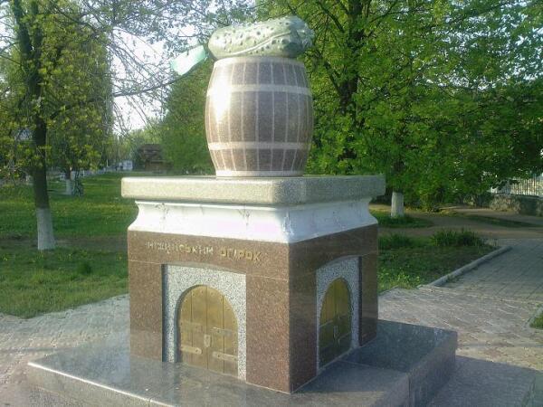 Памятник нежинскому огурцу в Нежине