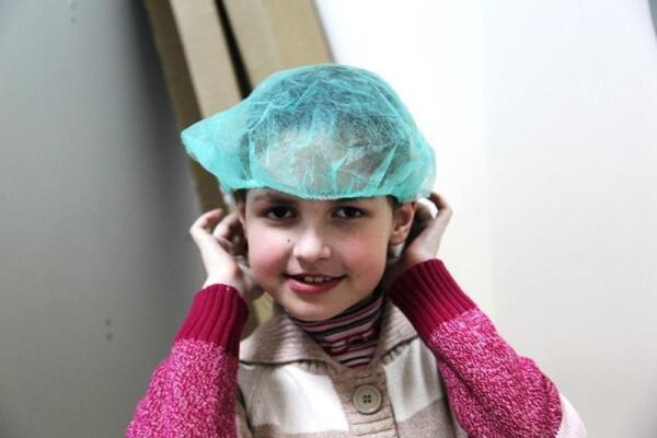 Саше даже не хочет снимать шапочку, с таким нежеланием она покидает фабрику