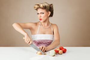 «Птичку жалко»? 10 способов порезать лук без слез