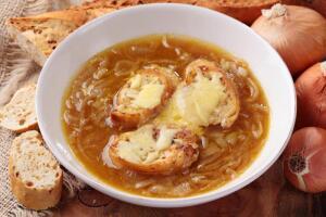 Оказывается, одного-единственного классического рецепта лукового супа не существует, и в каждой семье его готовят по-своему!