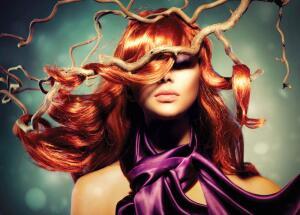 Не стоит забывать про истинное предназначение лака для волос с блестками. Он поможет не только зафиксировать прическу, но и украсит её.