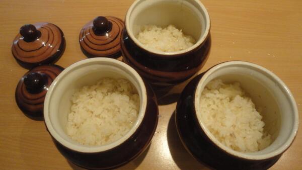 Рис с луком раскладываем по горшочкам для запекания