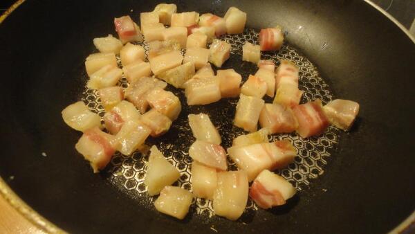 Режем сало небольшими кубиками и начинаем обжаривать его на сковородке