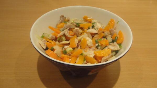 А мясо, что было на куриных косточках, используем на салат