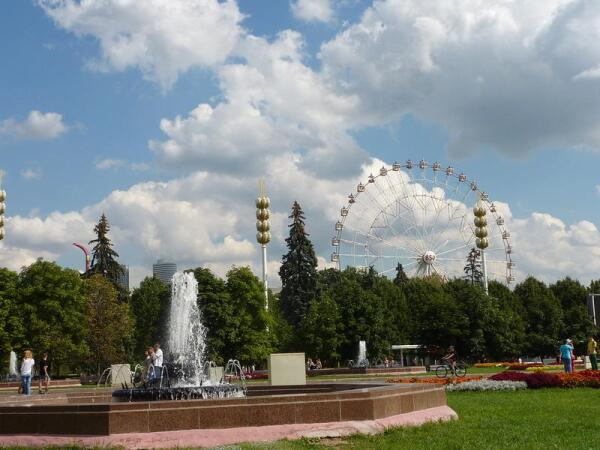 На главной аллее много цветов, фонтаны— красиво!