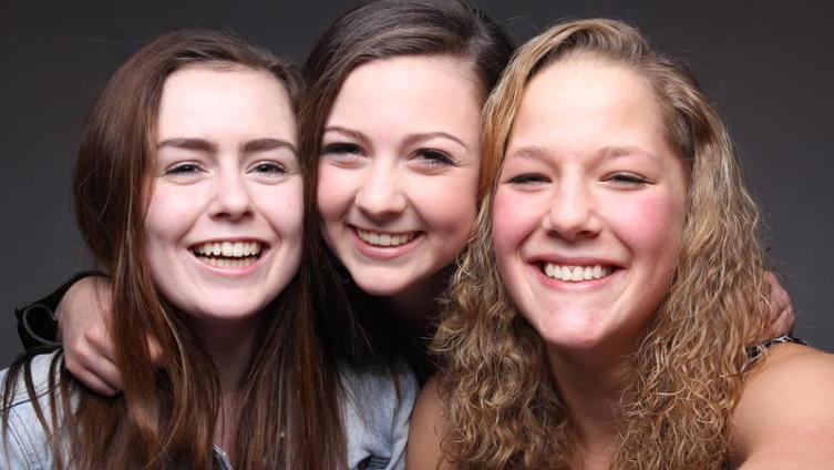 Сколько девушек на фото?