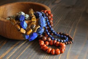 В чём привлекательность украшений из поделочных камней?