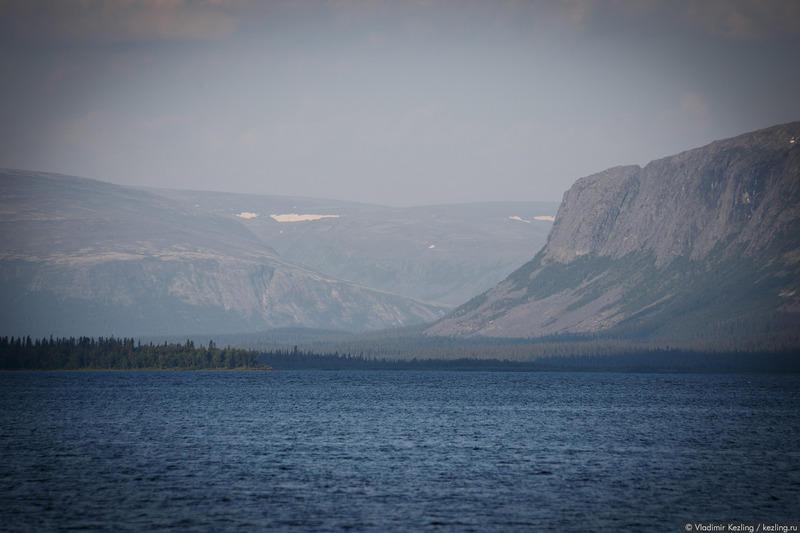 Утренний вид из окна моей комнаты. За голубой рябью Ловозера – отвесные стены Ловозёрских тундр. Слева – гора Нинчурт, справа – гора Куамдеспахк.