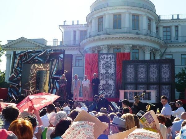 На сцене организаторы фестиваля и дирижер Оливер  Ведер.