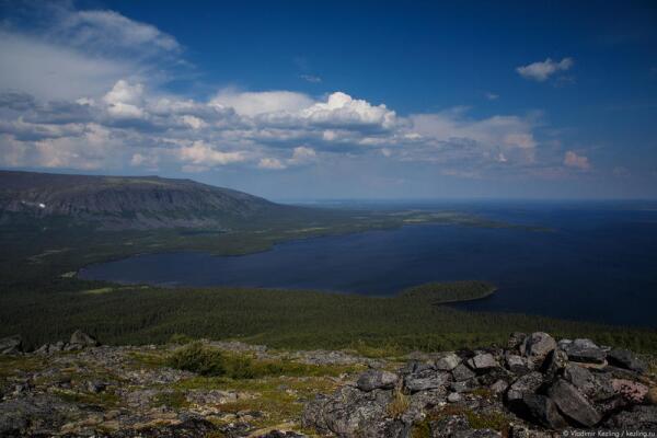 Озеро Ловозеро. Внизу — залив Мотка. Напротив — гора Куамдеспахк