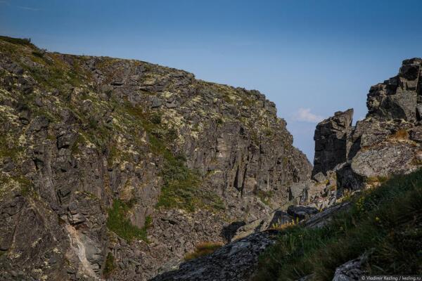 Ущелье на вершине горы Нинчурт. Его склоны — словно сложены из блоков правильной прямоугольной формы