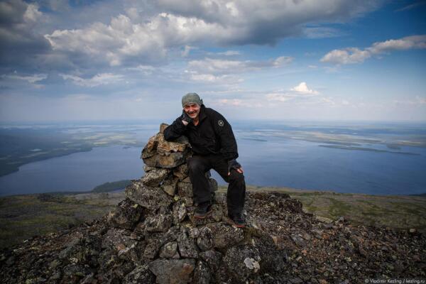 Иван Вдовин около рукотворной каменной пирамиды