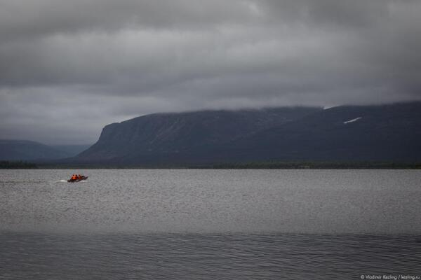 Вот оно – величие северной природы. У подножия могучих гор человек выглядит маленькой букашкой