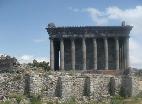 Храм Гарни сбоку и остатки крепостной стены