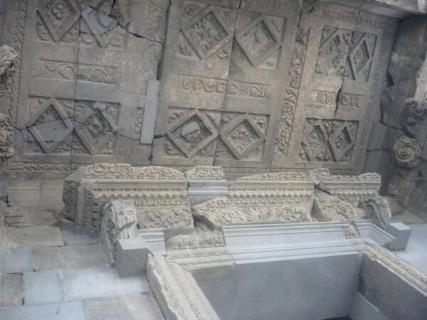 Вход в прямоугольное святилище украшен искусной резьбой