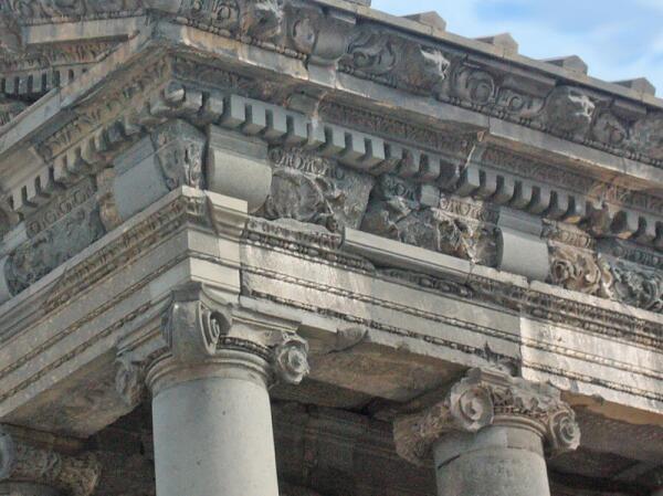 Карнизы боковых фасадов венчают львиные головы