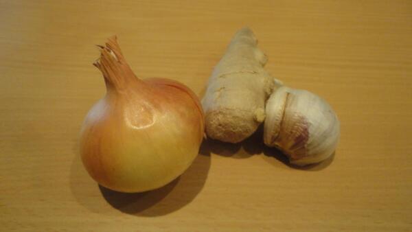 Помимо тыквы нам ещё понадобятся луковка, пару зубчиков чеснока и небольшой кусочек имбирного корня