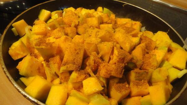 Выкладываем на сковородку нарезанную на кубики тыкву, приправляем её...