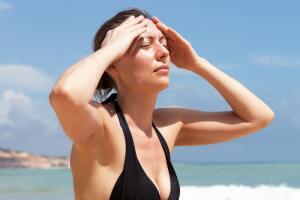 Солнечный и тепловой удары легко возникают у детей, подростков и стариков...