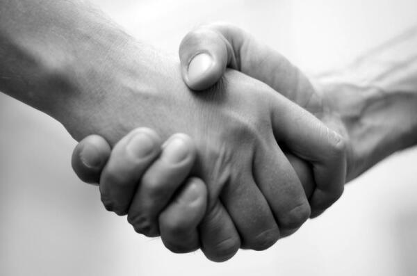 Как пожимать руку?