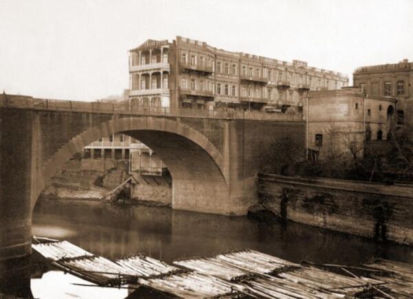 Михайловский мост, Тифлис, начало 20-го века. Обратите внимание на плоты, которые пригнали на лесопилку