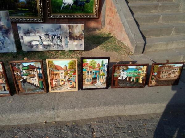 На Сухом мосту продают свои картины художники