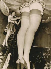 Посетители проходили в павильон, где демонстрировали нейлон, под огромной женской юбкой, мимо женских ног в нейлоновых чулках