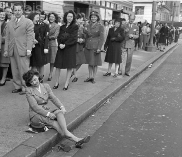 15 мая 1940 года многие женщины впервые примерили нейлоновые чулки.