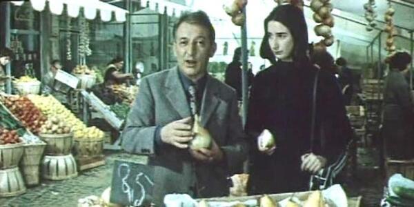 Джанни Родари с дочкой Паолой на овощном рынке.