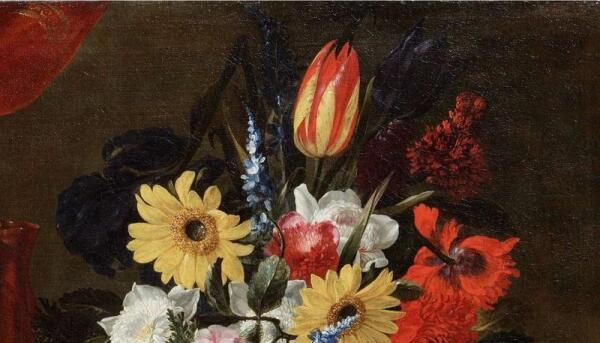 Джузеппе Рекко, Натюрморт с розами, тюльпанами и другими цветами в стеклянной вазе с выпечкой и сладостями на оловянном блюде, фрагмент «Цветы»