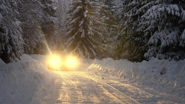 Как опытный водитель пользуется световыми приборами?