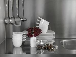 Чем хороша кухонная мебель из нержавеющей стали?
