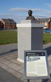 Памятник Мак-Краму в его родном городе Милфорде