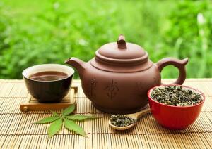 знающие люди пили и пьют чай с мятой, с душицей, зверобоем и другие чаи, настоянные на местных экологически чистых травах и листьях кустарников.