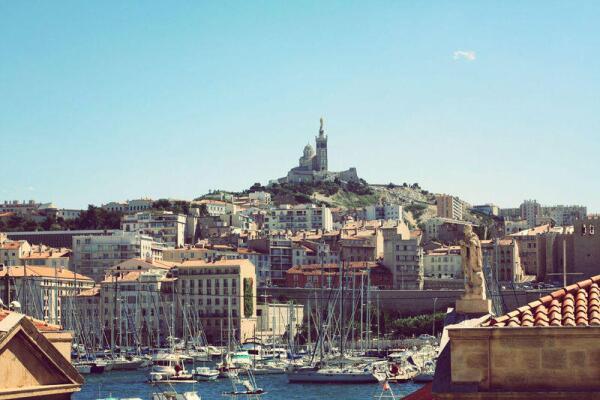 Вид на Старый порт и возвышающийся Норт-Дам де ля Гард, Марсель