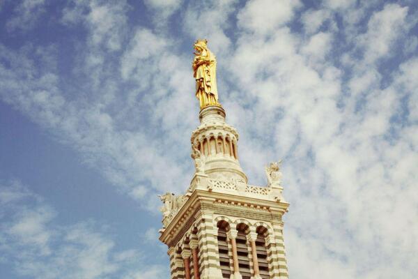 Статуя Девы Марии с младенцем на вершине Нотр-Дам де ля Гард, Марсель